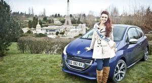 Delphine Wespiser au volant de la Peugeot 208