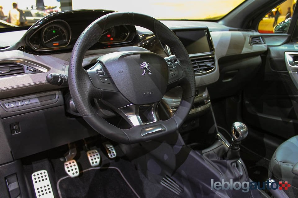 volant peugeot 208 xy purple night salon de paris 2012 1 012 photos peugeot 208 2008. Black Bedroom Furniture Sets. Home Design Ideas
