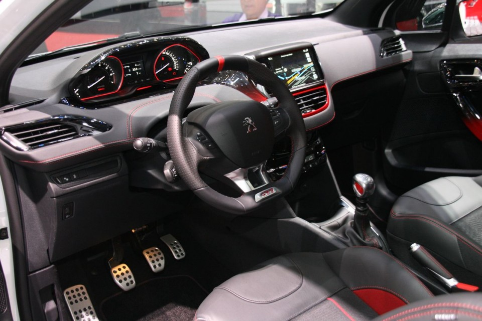 Int rieur peugeot 208 gti salon de gen ve 2013 1 007 for Interieur 208 gti