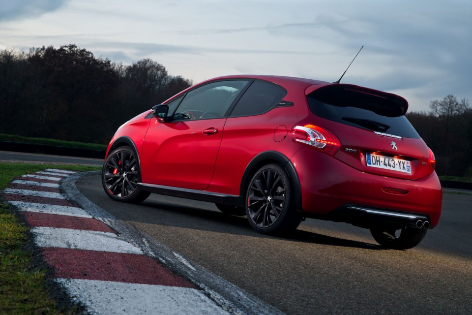 photo officielle peugeot 208 gti 30th rouge rubi photos. Black Bedroom Furniture Sets. Home Design Ideas