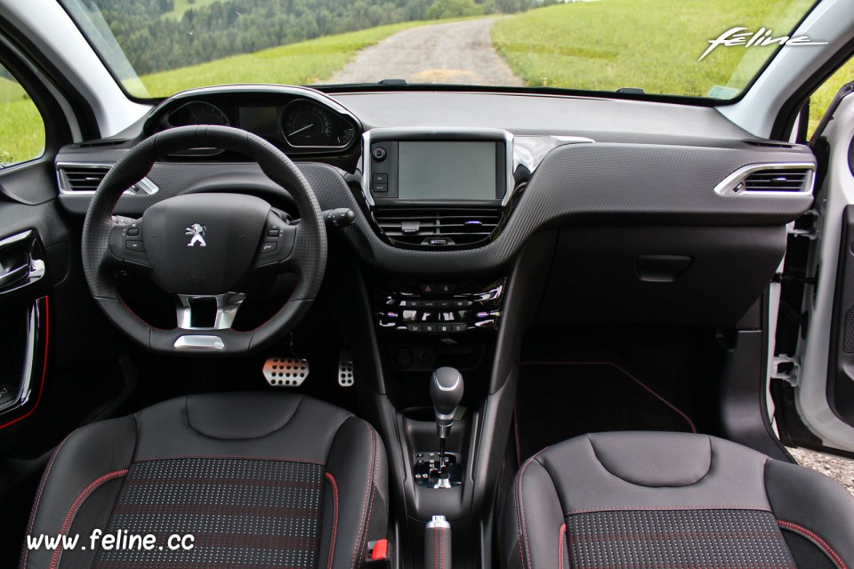 Photo int rieur mi tep oxford noir rouge peugeot 208 gt for Interieur peugeot 208